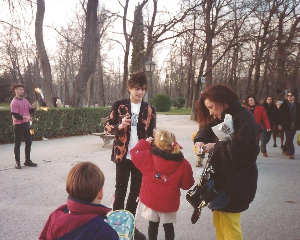 1993, Parque del Retiro, Madrid. Fredi (The Vientre) y Kike pidiendo.