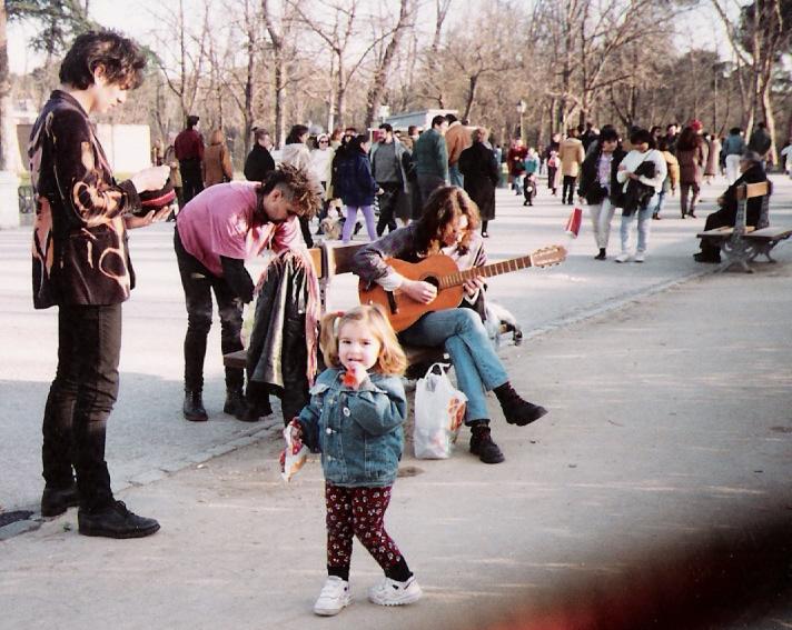 1993, Parque del Retiro, Madrid. Trespi (The Vientre) y Kike pidiendo.